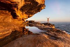 Wijfje die van de kustmeningen Sydney genieten stock fotografie