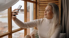 Wijfje die voorcamera van haar cellulair bekijken en spreken met stock videobeelden