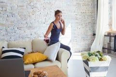 Wijfje freelancer in haar toevallige huiskleding die remotly van haar eettafel in de ochtend werken Huizen op een bank  Royalty-vrije Stock Afbeeldingen