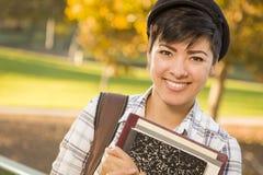Wijfje Gemengde Rasstudent Holding Books Stock Afbeeldingen