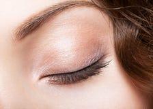 Wijfje gesloten oog en brows met dagmake-up Royalty-vrije Stock Foto