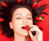 Wijfje met aardbeien stock afbeeldingen