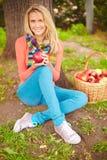 Wijfje met appel stock fotografie