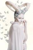 Wijfje met geit lichaam-kunst Stock Fotografie