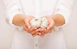 Wijfje met Kruidnagels van Knoflook in Handen Royalty-vrije Stock Afbeelding