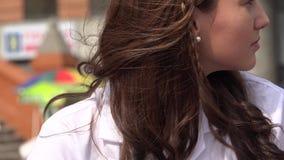 Wijfje met lang bruin haar stock footage