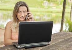 Wijfje met laptop Stock Fotografie