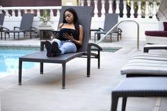 Wijfje op een Vakantie blijven die die met Zaken met een Tablet wordt verbonden royalty-vrije stock afbeeldingen