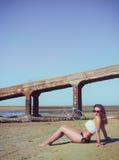 Wijfje op het strand tegen het overzees Stock Fotografie