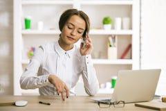 Wijfje op het werk die op telefoon spreken royalty-vrije stock foto's