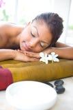 Wijfje op massagebed met aromatherapy kom stock foto's