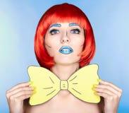 Wijfje in rode pruik en in de grappige stijl van de pop-artsamenstelling op blauwe bac Royalty-vrije Stock Foto's