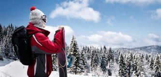Wijfje snowboarder op zonnige de winterdag Royalty-vrije Stock Foto's