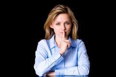 Wijfje in stil gebaar met vinger op haar lippen stock fotografie