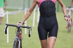 Wijfje triathlete stock afbeelding