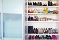 Wijfje/vrouwen` s schoenen en meer schoenen - garderobe/kast/sh stock foto's