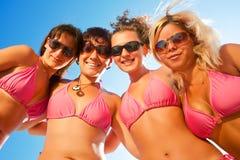 Wijfjes in bikinis op het strand Stock Fotografie