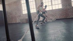 Wijfjes die fysieke opleiding doen bij gymnastiek stock videobeelden