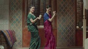 Wijfjes die met Indische muzikale instrumenten dansen stock videobeelden