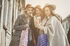 Wijfjes het beste vrienden doen die op de straten winkelen U Royalty-vrije Stock Foto's