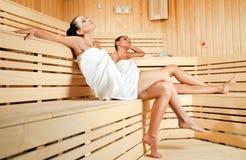 Wijfjes in sauna Stock Afbeelding