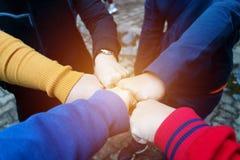 Wijfjeshanden samen voor eenheid royalty-vrije stock foto