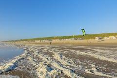 Wijk aan Zee, die Niederlande - 5. Juni 2016: Mann beendigt, auf dem Nordseestrand kitiesurfing Stockfotos