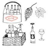 Wijn boattles en glazen in mandreeks stock afbeelding