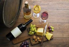 Wijn bootle en glas met voedsel op houten lijst stock afbeelding