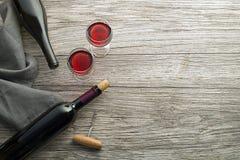 Wijn bootle en glas op houten lijst royalty-vrije stock afbeelding
