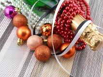 Wijn (champagne) en Parels, geplaatste Kerstmisballen Stock Afbeeldingen