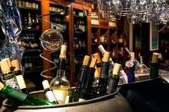 Wijn in de flessen door verkeer worden gesloten dat Stock Fotografie