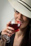 Wijn die jonge dame proeven Royalty-vrije Stock Foto