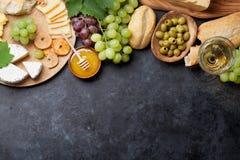 Wijn, druif, kaas en honing stock afbeelding