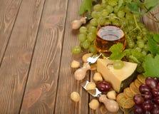 Wijn, druiven en kaas Royalty-vrije Stock Afbeeldingen
