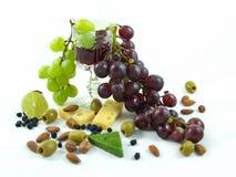 Wijn, druiven en voedsel op witte achtergrond Stock Foto