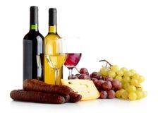 Wijn, druiven, kaas een worst die op wit wordt geïsoleerd Stock Foto