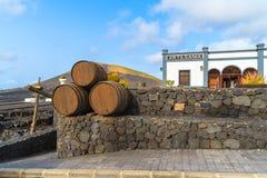 Wijn eiken vaten op terras van wijnmakerij in het gebied van La Geria Stock Foto's