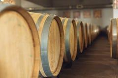 Wijn eiken vaten waarin de rode wijn in de kelder van de wijnmakerij is verouderd Concept de productie van wijn stock afbeeldingen