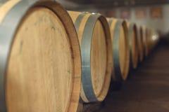 Wijn eiken vaten waarin de rode wijn in de kelder van de wijnmakerij is verouderd Concept de productie van wijn royalty-vrije stock afbeelding