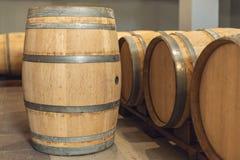 Wijn eiken vaten waarin de rode wijn in de kelder van de wijnmakerij is verouderd Concept de productie van wijn royalty-vrije stock fotografie