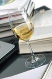 Wijn en boeken Stock Foto's