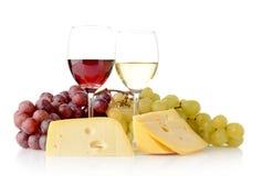Wijn en druiven die op wit met kaas wordt geïsoleerd Royalty-vrije Stock Foto