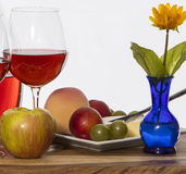 Wijn en Fruit en Bloem Stock Foto