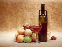 Wijn en fruit tegen het bruine ontslaan Royalty-vrije Stock Afbeelding