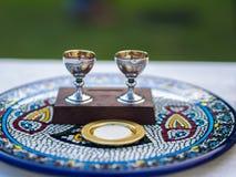 Wijn en Gastheer & x28; Sacramentele Bread& x29; op Ceramische Plaat royalty-vrije stock foto's