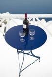 Wijn en glazen op lijst Stock Foto
