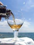 Wijn en het overzees royalty-vrije stock fotografie
