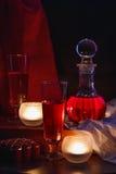 Wijn en kaarsen op de lijst royalty-vrije stock afbeelding