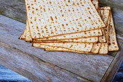 wijn en matzoh (Joods passoverbrood) wijn en matzoh de Joodse houten lijst van het vakantiebrood Royalty-vrije Stock Fotografie